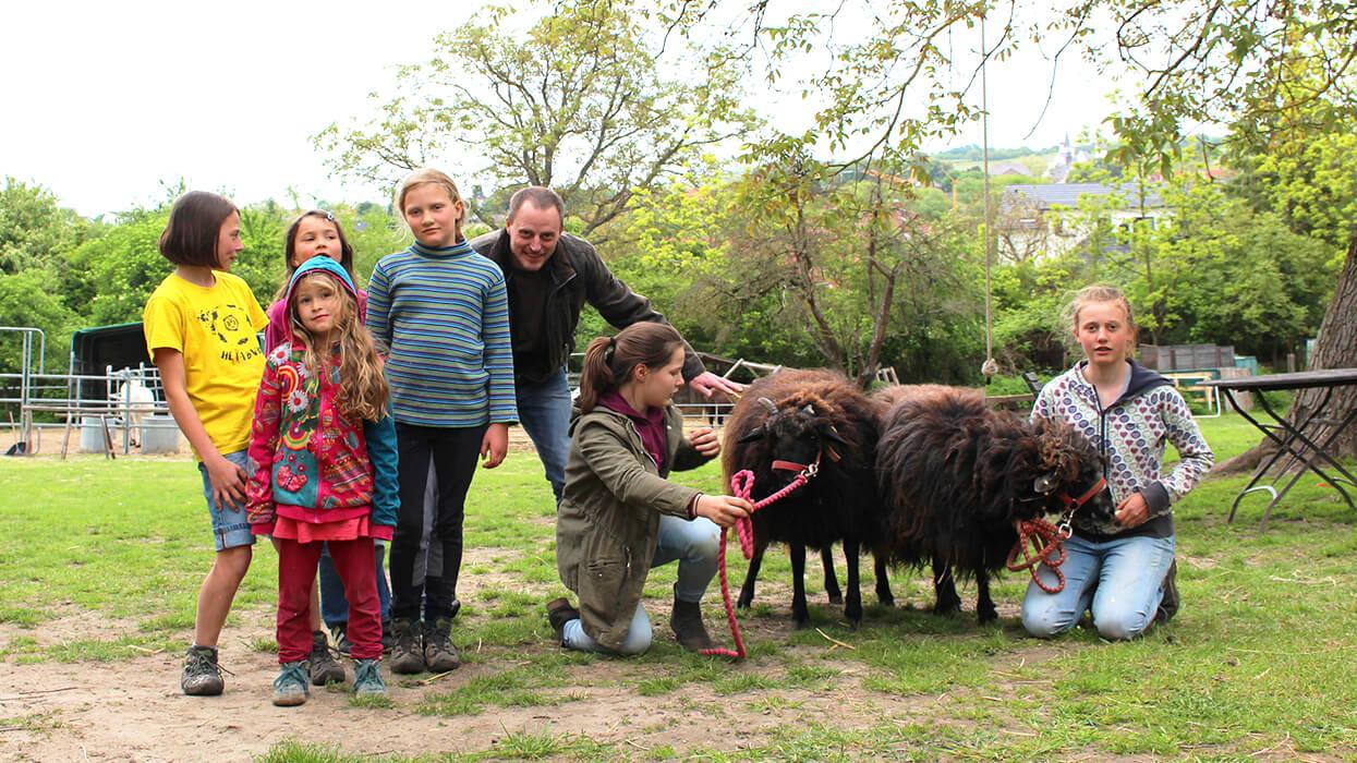 Kinder mit Tieren auf der Winterfarm